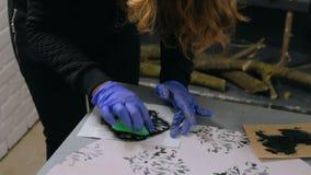 4射击 两位妇女装饰员,绘木圈子装饰的设计师 股票录像