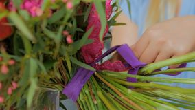 4射击 做美丽的花束的专业卖花人在花店 影视素材