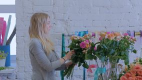 3射击 做美丽的花束的专业卖花人在花店 股票录像