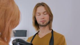 3射击 烘干客户头发的两位专业美发师 影视素材