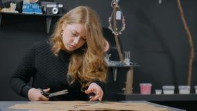 3射击 职业妇女装饰员,设计师与牛皮纸一起使用 股票视频