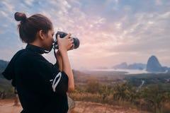 射击Ao Phang Nga国立公园的令人敬畏的看法年轻女人摄影师的背面图 免版税库存图片