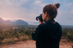 射击Ao Phang Nga国立公园的令人敬畏的看法年轻女人摄影师的背面图 免版税图库摄影