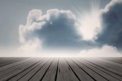 射线太阳云彩背后照明不可思议的浅兰的天空 免版税库存照片