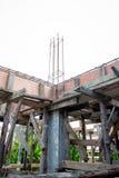 射线的被扭屈的铁棍框架在建造场所加强了钢立足处或地板 库存照片