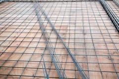 射线的被扭屈的铁棍框架在建造场所加强了钢立足处或地板 免版税库存照片