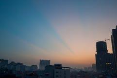 射线轻的日落 库存图片