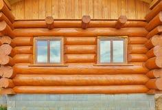 射线细节在客舱墙壁的 与杀真菌剂油漆和木窗口的被绘的木头 库存图片