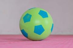 射击一个绿色泡沫球 免版税库存图片