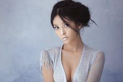 射击一名未来派嫩年轻亚裔妇女 免版税图库摄影