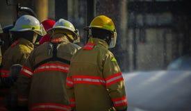 射击与活火和消防员的学校训练 库存图片