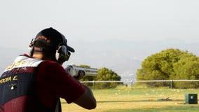 射击在冠军长柄水杓的射击者人步枪体育每晴天 股票录像