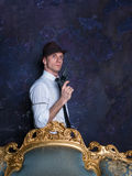 射击在工作室 侦探故事 帽子的人 007座席 免版税库存图片