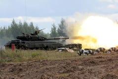 射击坦克 免版税库存图片