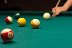 射击小条球的台球比赛 免版税库存照片