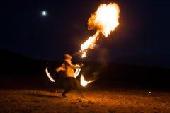 射击展示,跳舞与火焰,男性主要骗子吹的火,表现户外,火焰控制与火的人舞蹈 库存图片