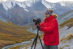 射击山风景的摄影师 库存图片