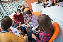射击开一个小组年轻企业的专家会议 图库摄影