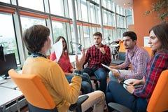 射击开一个小组年轻企业的专家会议 免版税库存图片