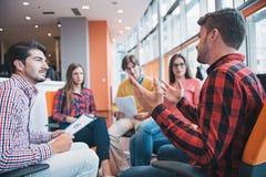 射击开一个小组年轻企业的专家会议 免版税图库摄影