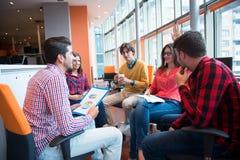 射击开一个小组年轻企业的专家会议 库存图片