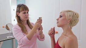 2射击 组成拍她的有美好的构成的客户的照片艺术家 影视素材