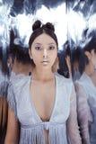 射击未来派吓唬年轻亚裔妇女 库存图片