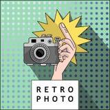 射击的手在照相机 库存照片