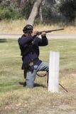 射击他的武器的旧时骑兵 免版税库存照片