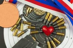 射击竞争的概念 体育射击 两项竞赛背景文凭 工具和目标在木背景 免版税库存图片