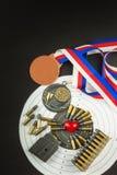 射击竞争的概念 体育射击 两项竞赛背景文凭 工具和目标在木背景 免版税库存照片