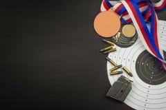 射击竞争 奖优胜者 两项竞赛胜利 在两项竞赛的弹药和优胜者奖牌 免版税库存图片