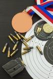 射击竞争 奖优胜者 两项竞赛胜利 在两项竞赛的弹药和优胜者奖牌 库存照片