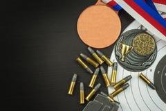 射击竞争 奖优胜者 两项竞赛胜利 在两项竞赛的弹药和优胜者奖牌 免版税图库摄影