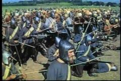 射击箭头的中世纪战士在战场的反对 股票视频