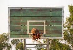 射击篮球入篮子 免版税库存图片