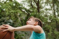 射击篮球的女孩 免版税库存图片