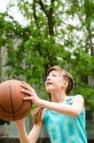 射击篮球的女孩 免版税库存照片