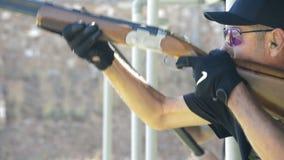 射击者人在长柄水杓竞争中的瞄准和射击一杆步枪在关闭  股票录像