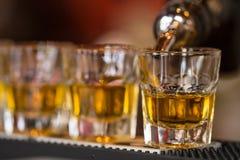 射击饮料在鸡尾酒夜总会 免版税库存图片
