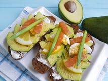 将土气面包健康鲕梨晚餐毛巾红色接合板午餐柠檬食家蓝色木的开胃菜夹在中间 免版税库存照片