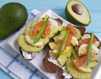 将土气面包健康鲕梨晚餐红色接合板午餐柠檬食家蓝色木的开胃菜夹在中间 免版税库存图片