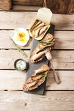 将塔帕纤维布夹在中间用沙丁鱼、西鲱橄榄和盐 库存图片