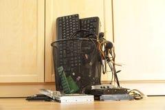 将放弃的破旧的计算机部件 办公室垃圾桶 免版税库存照片