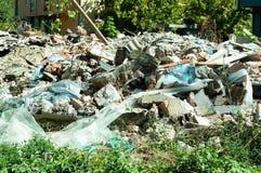 将是新的居民住房的保持地方的老被破坏的房子 免版税库存照片