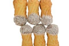 将曲奇饼夹在中间用椰子,椭圆形充满巧克力奶油 免版税库存照片