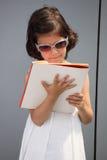 将来的女实业家。 读书的子项。 免版税库存照片
