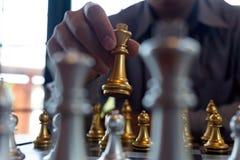 将死手特写镜头照片在一杆棋枰的在下棋比赛期间企业胜利战略的概念赢得intellige 免版税图库摄影
