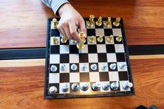 将死手特写镜头照片在一杆棋枰的在下棋比赛期间企业胜利战略的概念赢得intellige 皇族释放例证