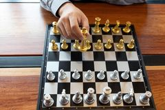 将死手特写镜头照片在一杆棋枰的在下棋比赛期间企业胜利战略的概念赢得intellige 向量例证